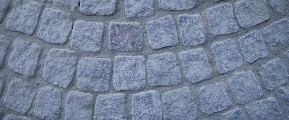 Vi tillverkar gatsten, granithällar, trappor, kantsten, stolpar, murar och storgatsten